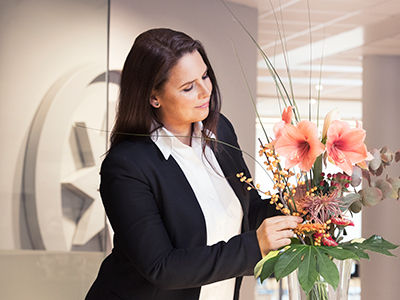 Employee of a concierge service arranging flowers | Coor